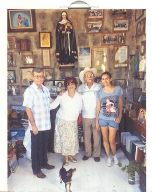 19052019 DE PASEO.  Familia Rodríguez Pérez visitando la Capilla de Santa Rita en El Cerro de las Noas.