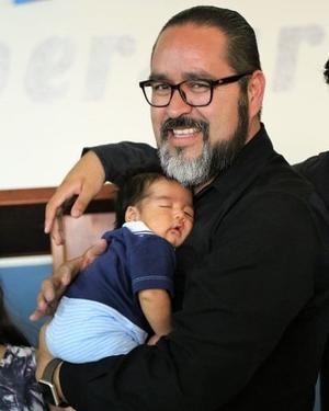19052019 LINDA POSTAL.  Fernando con su bebé, Daniel.