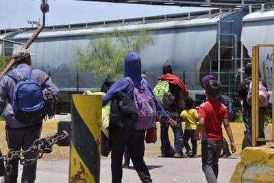 """La parte más difícil y arriesgada para los migrantes es cuando tienen que ingeniárselas para subir al tren, llamado también """"La Bestia""""."""