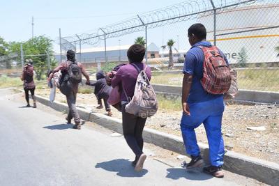 Cargando mochilas y cobertores, así emprenden cientos de migrantes su arriesgado viaje hacia los Estados Unidos en busca de un futuro mejor para sus familias.