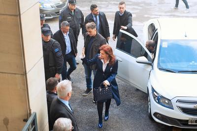 La primera audiencia estuvo rodeada de un fuerte cerco de seguridad policial en el exterior de los tribunales.