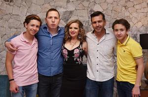 22052019 FESTEJO AL DOBLE.  Fanny y Humberto González acompañados de sus hijos: Daniel, Dylan y Beto González Antúnez en la celebración de sus cumpleaños.
