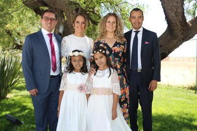 Suri y Constanza con sus padrinos.