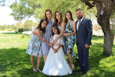 Suri con sus papás Cynthia Zaldívar y Francisco y sus hermanas.