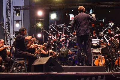 El encargado de dirigir a la Camerata de Coahuila en este concierto público fue el maestro Juan Carlos Lomónaco.