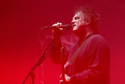 El cantante Robert Smith, de The Cure, actúa durante el concierto del grupo, este viernes, en la Ópera de Sídney . The Cure celebra el 30º aniversario de su álbum 'Disintegration' con cinco conciertos en el marco del festival Vivid Sydney 2019.