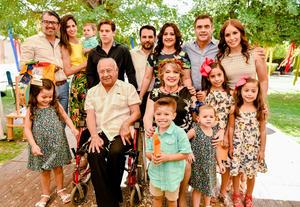 Ernesto y Kitty acompañados de sus hijos y nietos
