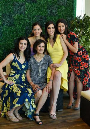 Acompañada de su mamá, Leticia Cuéllar Chávez, y sus hermanas, Marcela, Gabriela, Mariana y Leticia Romo Cuéllar