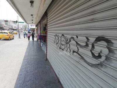 Sobre la avenida Hidalgo y esquina con calle Blanco, las cortinas metálicas de un negocio están pintadas desde hace meses.