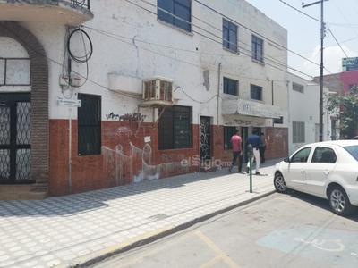 Este inmueble que está prácticamente abandonado, sobre la Falcón y Matamoros, cada día amanece con más grafitis.