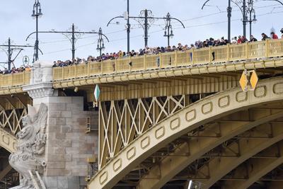 Decenas de personas observan desde el puente Margarita cómo los equipos de rescate tratan de encontrar supervivientes del naufragio del crucero 'Hableány' (Sirena).