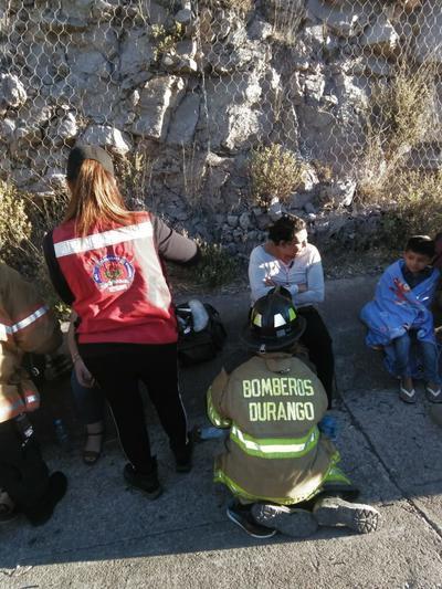 Elementos de Protección Civil atendieron a los pasajeros que resultaron lesionados.