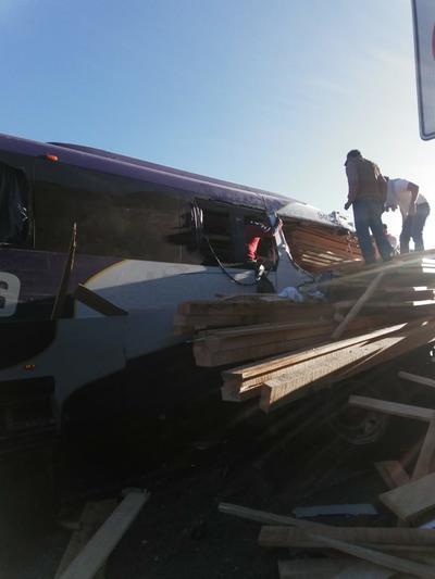 Parte de la carga del tractocamión quedo incrustando dentro del autobús.