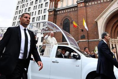 El papa Francisco llegó a Rumanía.