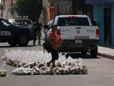 Cuerpos policiacos realizaron el aseguramiento de varios cientos de despensas.