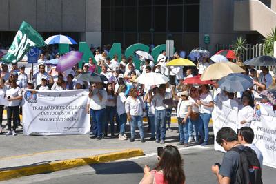Los trabajadores sindicalizados pasaron por los hospitales 18 y 16 del IMSS en el bulevar Revolución donde terminaron su movimiento.