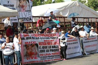 """Se escuchó el clamor de """"justicia"""" que una madre de familia hizo durante varias horas en la plaza Cuarto Centenario pidiendo aclarar el presunto feminicidio de su hija, ocurrido hace dos años."""