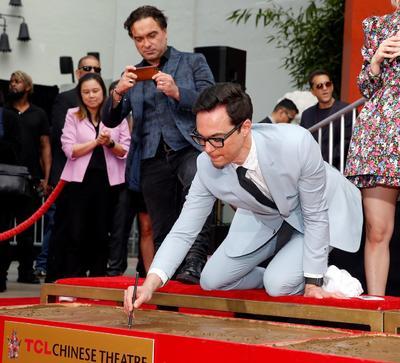 Inmortalizaron sus huellas y firmas en cemento frente al Teatro Chino de Los Ángeles.