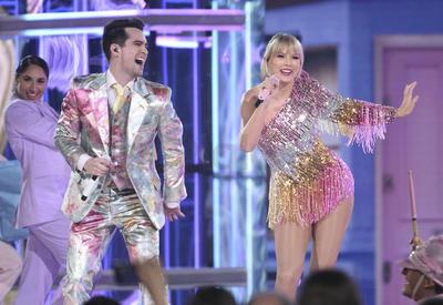 La ceremonia comenzó con la actuación de Taylor Swift, que presentó en directo su nuevo single 'ME!' junto a Brendon Urie, que es el líder y cantante del grupo Panic! At the Disco.