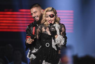 La mezcla del pop y el reggaetón se mostró en los Billboard Music Awards cuando Madonna y Maluma subieron al escenario del MGM Grand Garden Arena en Las Vegas, donde enloquecieron al público y a sus compañeros músicos.