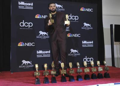 Drake triunfó hoy en los premios Billboard Music Awards 2019 con 12 galardones, un abultado palmarés con el que el canadiense se convirtió, además, en el artista más reconocido de la historia de estas distinciones al sumar ya 27 a lo largo de toda su carrera.