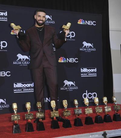 En esta gala, que tuvo lugar hoy en el MGM Garden Arena de Las Vegas (EE. UU.), Drake se llevó, entre otros, los premios al mejor artista, mejor artista masculino, mejor rapero y mejor álbum por
