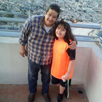 Allison con su papá, Rafael Guzmán.