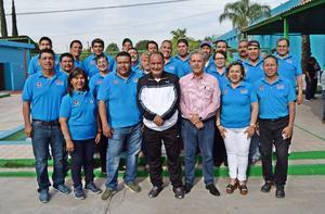02052019 POSAN PARA LA FOTO.  Jorge Fernando Mora con sus compañeros de trabajo.