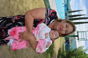 02052019 LINDA POSTAL.  Caty Hernández con su nieta, Laura Daniela.