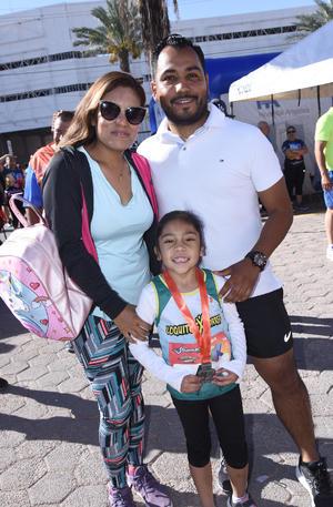 02052019 MUY CONTENTOS.  Tania Montoya, Javier y Sofy Blanco.