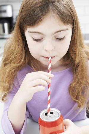 02052019 El refresco provoca irritabilidad e induce a la obesidad debido a su alta concentración de azúcares y cafeína. Los niños no deberían tomar refrescos.