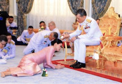 Con un vestido rosa, Suthida y otros asistentes se postraron en un momento de la ceremonia ante el soberano.