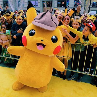 Al darse cuenta de que puede hablar con Pikachu, algo único en el mundo, unen sus fuerzas para desentrañar el misterio en las calles de Ryme City (Ciudad Rima), una urbe que mezcla aspectos de la isla de Manhattan en Nueva York con otros de la capital de Japón, de donde es originaria la saga.
