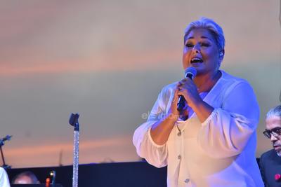 A las 20:30 horas, la intérprete arribó al escenario con un atuendo de dos piezas en color blanco.