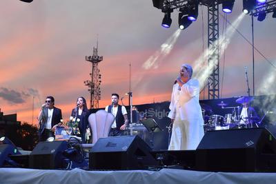 Tres coristas y 10 músicos la acompañaban.