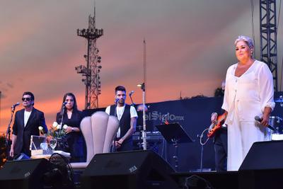 Con Cóncavo y convexo, Hazme olvidarlo y Aquí estoy yo, la cantante inició su espectáculo.