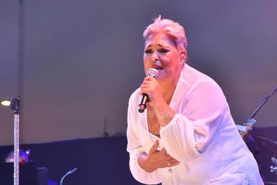 Gritos como Señorona bella, Te amamos, Lupita y ¿Qué le pasa, Lupita?- en referencia a la canción- se escucharon en la plancha de concreto.
