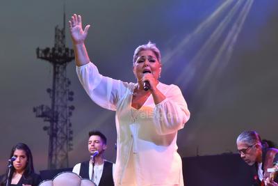 La intérprete evocó dos de sus grandes éxitos, Ni guerra ni paz y Leona dormida, los cuales fueron coreados de principio a fin por la audiencia.