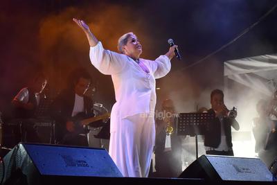 D'Alessio interpretó un popurrí que estremeció a sus fans, conformado por melodías como Punto y coma, La diferencia, Lo siento, mi amor; Vieras cuántas ganas tengo y Como tú.