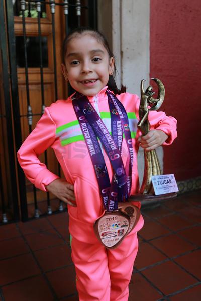 Después de participar en el certamen nacional, Edna Lunedi Marín Silva, en hasta 11 años; Karla Marín Silva, hasta 9 años; y Joselyn Corrujedo Sánchez, en hasta 13 años, conquistaron el primer lugar y portaron su medalla con orgullo.