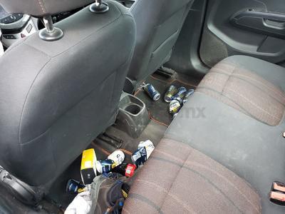 Varios envases de cerveza fueron hallados dentro del vehículo.