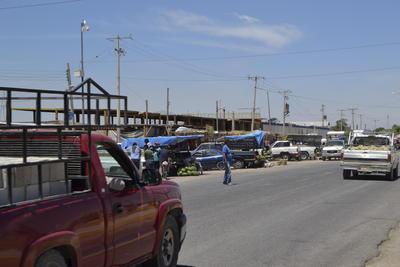 """""""Las Meloneras"""", ubicadas en la carretera libre Matamoros-Saltillo, tienen más de 40 años """"atestiguando"""" la comercialización."""