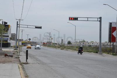 Son múltiples las calles en las que se están colocando semáforos, los cuales tienen las estructuras vacías, sin la señalización correspondiente. Aquí un ejemplo en Paseo del Tecnológico y bulevar Libertad, en donde esta problemática se puede apreciar fácilmente.