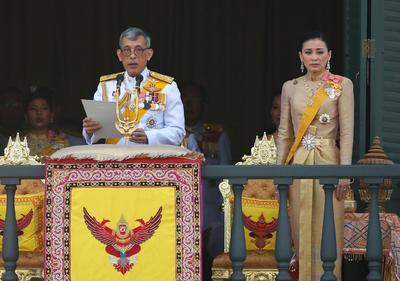 Los reyes saludaron desde un balcón del Gran Palacio Real.