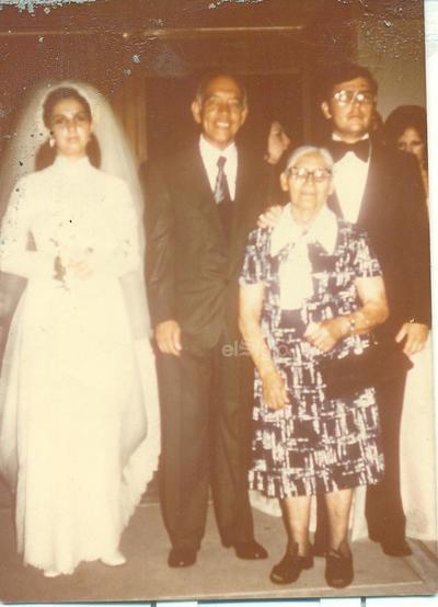 Sr. Manuel Valencia el día de su boda con la Sra. Cristina. Los acompañan el Padre Manuelito (f) y Francisca Ramos (f).