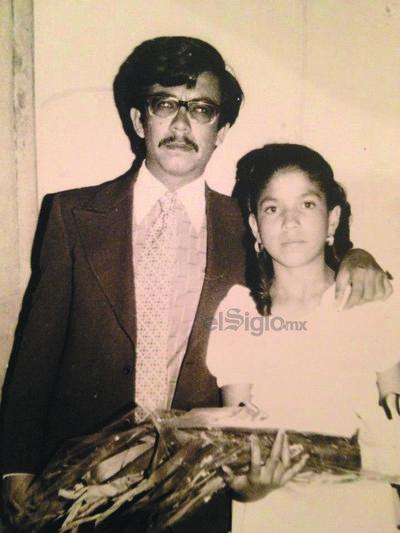 Armando Miranda acompañando a su hermana, Rita, el día de su graduación de primaria.