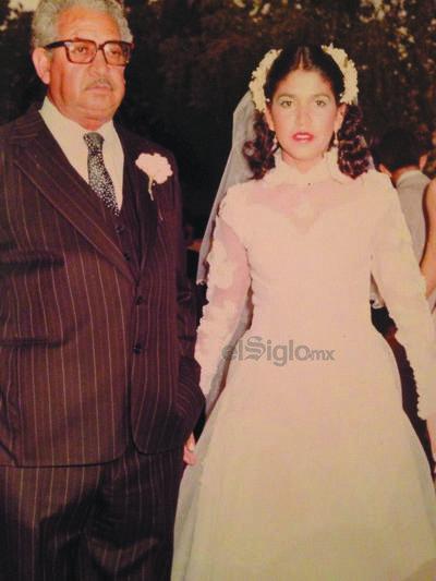 Sr. Armando Miranda acompañando a su hija, Rita Miranda, el día de su boda.
