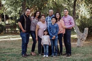 05052019 EN FAMILIA.  Rosa y Carlos disfrutando a sus hijos y nietos.