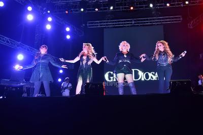 La producción del show incluyó juegos de luces, varias pantallas y diversos cambios de ropa de las artistas, las cuales contaron con el apoyo de cinco músicos.