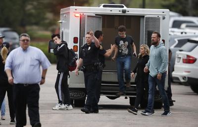 Alguaciles del Condado Douglas, en el sur de Denver, junto con policías y personal de emergencia de jurisdicciones cercanas, respondieron poco después de las 14:00 hora local (20:00 GMT), a un tiroteo en una escuela secundaria de la zona.